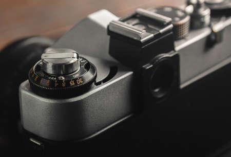 木製テーブルの上のビンテージ フィルム カメラの裏側。クローズ アップ。