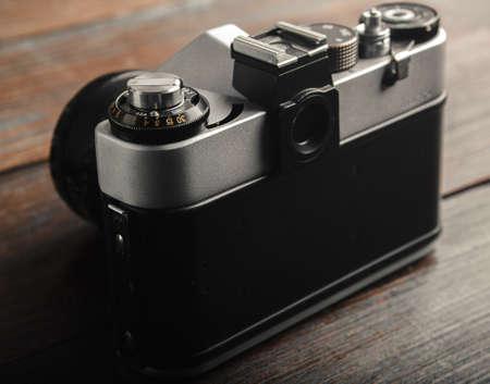 木製のテーブルのビンテージ フィルム カメラ。