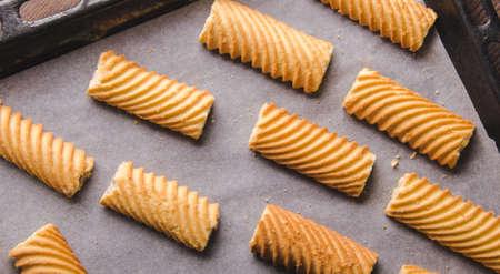 天板に自家製の甘いクッキー。オーブンで焼きます。平面図です。