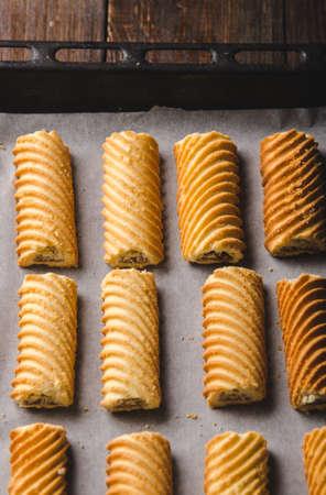 天板に自家製の甘いクッキー。オーブンで焼きます。垂直方向。