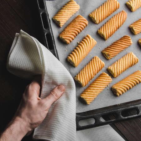 天板に自家製の甘いクッキー。パン屋の手に