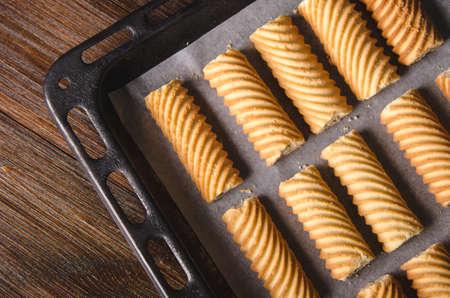 天板に自家製の甘いクッキー。オーブンで焼きます。