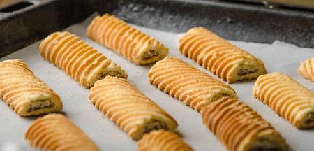 天板に自家製砂糖のクッキー。オーブンで焼いています。 写真素材