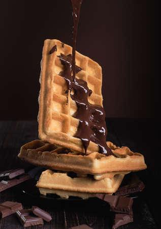 木製テーブルの上のチョコレートをベルギー ワッフル