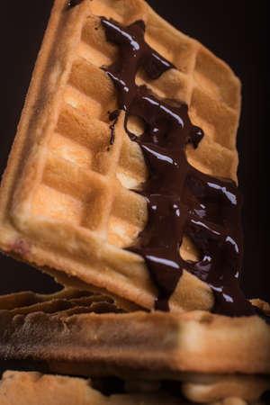 溶かしたダーク チョコレートと自家製ベルギー ワッフル