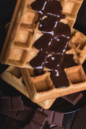 溶かしたダーク チョコレートと自家製ベルギー ワッフル。クローズ アップ 写真素材