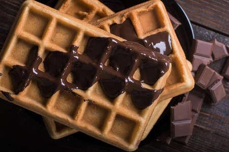 溶かしたダーク チョコレート、クローズ アップと自家製ベルギー ワッフル。トップ ビュー