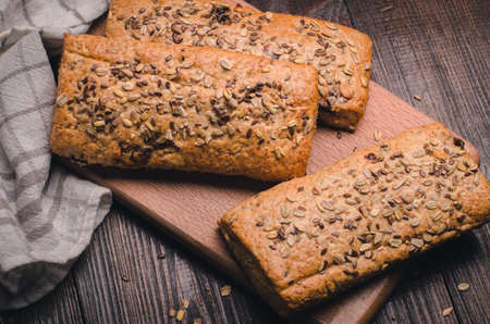 健康的なライ麦小麦サワーパン。オート麦フレークを振りかけた自家製全粒フィットネスパン