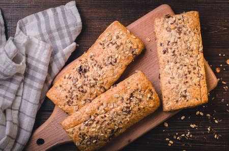 ゴマと種子を使った健康的なパン。