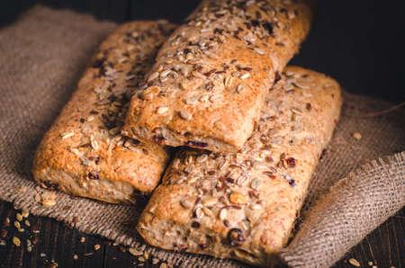 健康ライ麦サワードウブレッド。自家製の全粒のフィットネスパンは、種子を振りかけました。正面図。