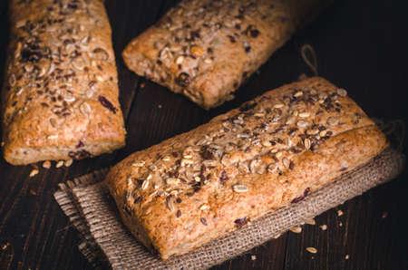 黄麻布の健康的なパンです。フィットネスの自家製全粒粉パンは、種子を振りかけた。正面から見た図。