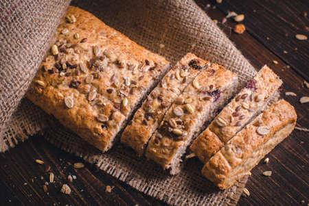 スライスされた健康的なパン。種子を振りかけた自家製全粒フィットネスパン。