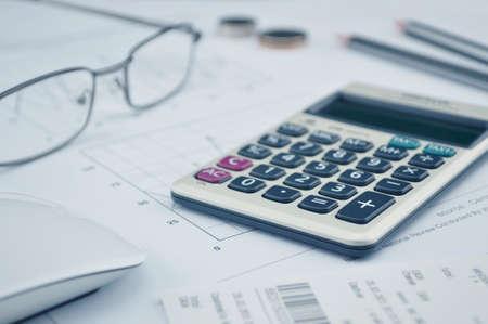 Botón Calculadora además, vasos moneda lápiz y el ratón en el gráfico de fondo de papel Foto de archivo - 38689544