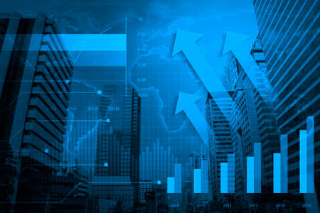 contabilidad financiera cuentas: Arrow cabeza con la carta financiera y gr�ficos en la ciudad de fondo, elementos de esta imagen proporcionada por la NASA Foto de archivo