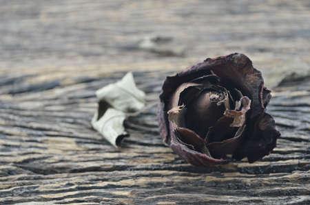corazon roto: Dried Rose en fondo de madera vieja concepto coraz�n roto