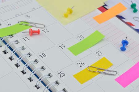 Kleurrijke post-it notities met pin en clip voor het bedrijfsleven dagboek pagina Stockfoto - 40975476