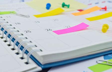 Puesto colorido Observa con pasador y clip en la página Diario de negocios