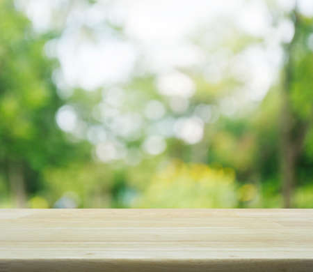 제품 표시 몽타주 빈 테이블과 흐린 녹색 나무의 나뭇잎 배경