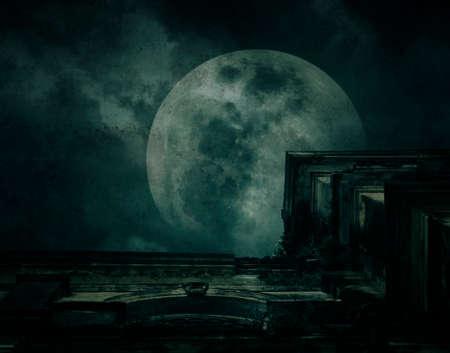 suspenso: Antiguo edificio fantasmagórico con la luna llena, la textura del grunge, fondo de Halloween