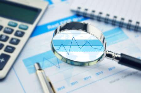Zvětšovací sklo, kalkulačka a pero na finanční graf, růst koncepce