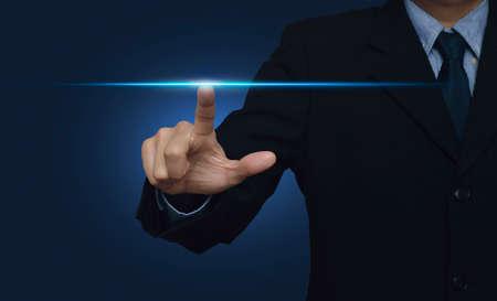 Zakenman de hand te drukken power light over blauwe achtergrond, internet en netwerken concept