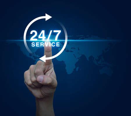 De hand te drukken 24-uurs service pictogram over digitale wereldkaart blauwe achtergrond, Full time service concept Stockfoto - 55159581