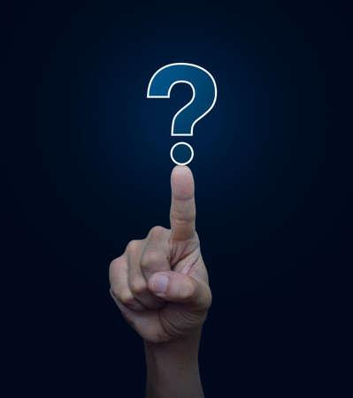 point d interrogation: Main pressant interrogation signe icône sur fond bleu, concept de soutien à la clientèle Banque d'images