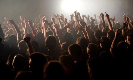 foule mains: Le public a soulev� leurs mains lors d'un concert