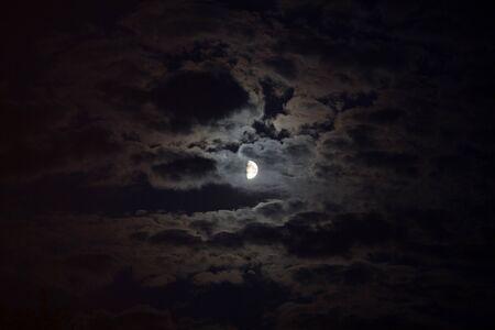 Moonlight illumine les nuages Banque d'images
