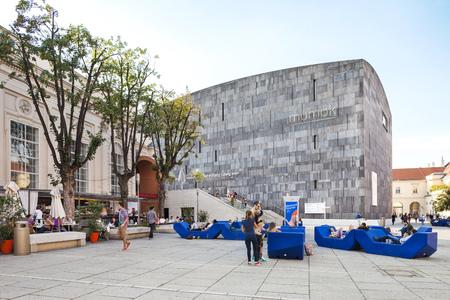 modern art: Viena, Austria - 30 de agosto de 2013; Mumok Modern Museum Kunst - Museo de Arte Moderno Fundada en 2001 en el Museo Museumquartier en Viena Museo tiene una colecci�n de 7,000 arte moderno y contempor�neo funciona