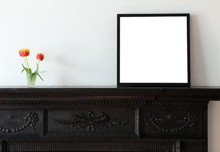wood shelf: Marco de imagen en un elenco pieza de manto de ron