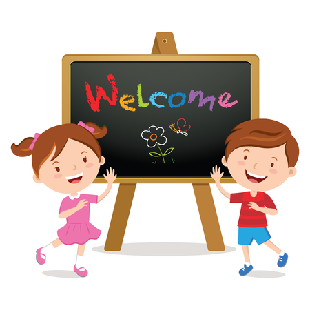 Niños felices con un tablero de la muestra. Bienvenido a la escuela.