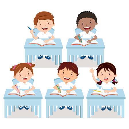 niños estudiando: Los escolares que estudian en el aula