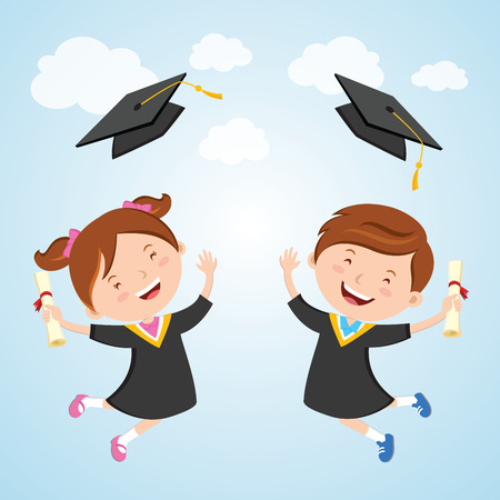 Feliz dia DE graduacion. Los niños pequeños saltando de alegría y lanzando sus gorras de graduación en el aire.