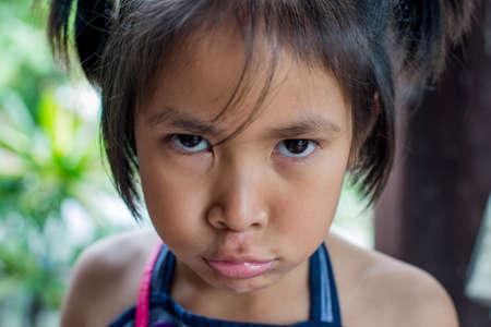 ragazza innamorata: un po 'ragazza asiatica persone, concetto di emozione triste