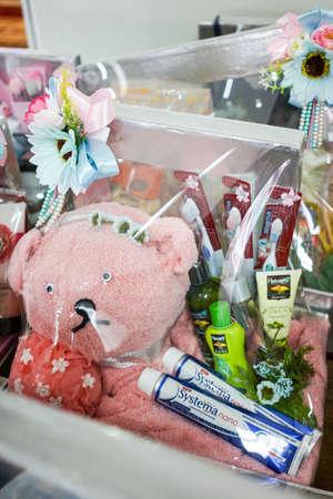 Huwelijksfeest met bloemdecoratie | Pop, tandenborstel, tandpasta met bloem decoratie, cadeau voor getrouwde Stockfoto - 89043000