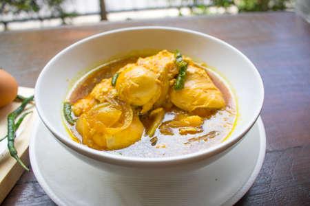 卵醤油、チキン醤油、Opor アヤム、チキングレービー、インドネシア料理 |Assian 食品 写真素材
