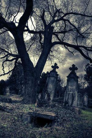tumbas: escena g�tica con la luna tumba abierta Foto de archivo