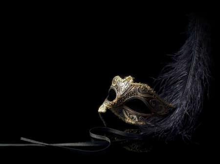 masque de venise: masque de carnaval isol� sur noir