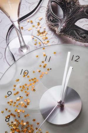 fin d annee: Nouvelle ann�e encore la vie avec l'horloge et le masque Banque d'images
