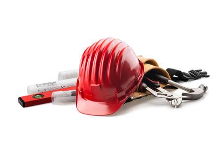 casco rojo: casco aislado con las herramientas y modelo en blanco Foto de archivo