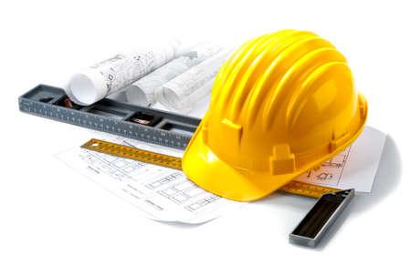 casco rojo: Sombrero duro aislado con las herramientas en blanco Foto de archivo