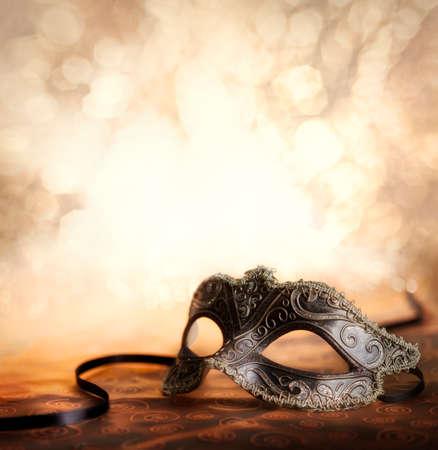 きらびやかな背景とベネチアン マスク