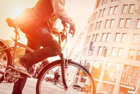 ciclista: Hombre en la bici en el tráfico con sunflare