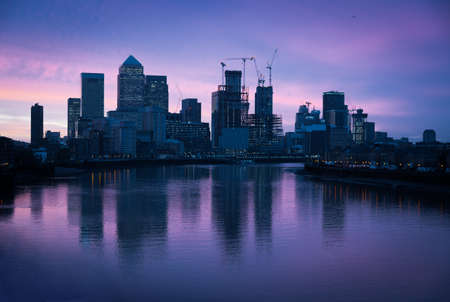 Skyline im Morgengrauen, London, Canary Wharf Standard-Bild - 96045313