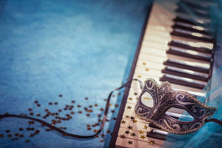 Carnival mask and piano keyboard with copy-space. Standard-Bild
