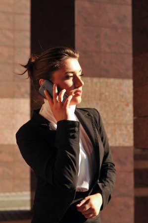 beiseite: Business-Frau Portr�t mit Handy suchen beiseite Lizenzfreie Bilder