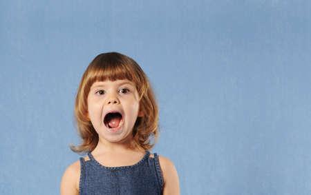 boca abierta: Peque�a muchacha linda con la boca abierta Foto de archivo