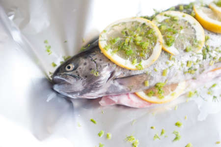 Trucha de pescado crudo en la placa