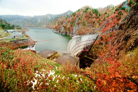 Blick von oben auf den Hoheikyo-Staudamm in Hokkaido, Japan Standard-Bild